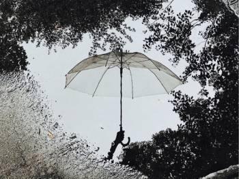 傘を持って🌂(2018/10/16 10:33)里中 リサのブログ画像